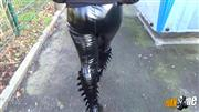 MissKare – Gothic Teen Outdoor in Lackleggings und Boots