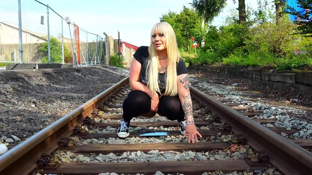 DominiquePlastique - Pipi auf den Gleisen › Schlampenblog