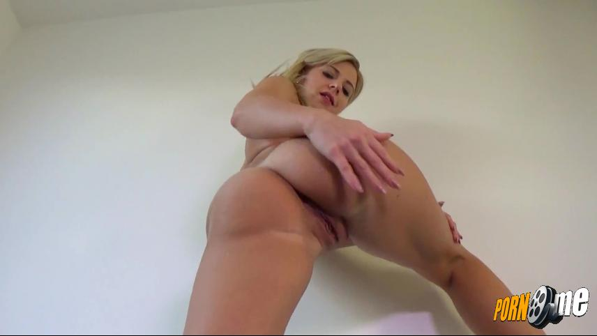 Blond-Sweetie in Arschperspektive
