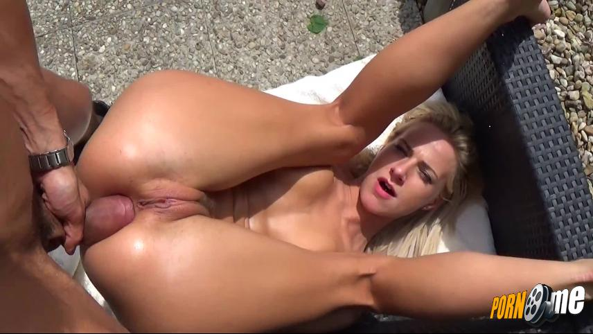 Blond-Sweetie in Monster Anal