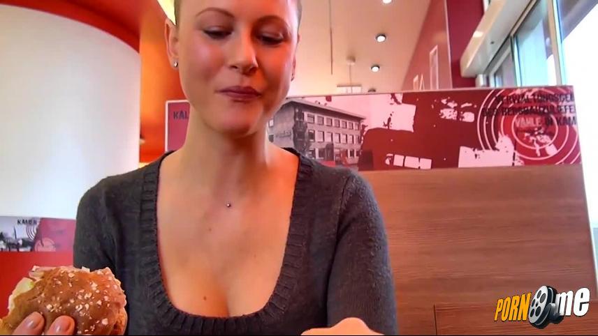 Blonde Teenmaus in Netzstrümpfen schön durch gefickt